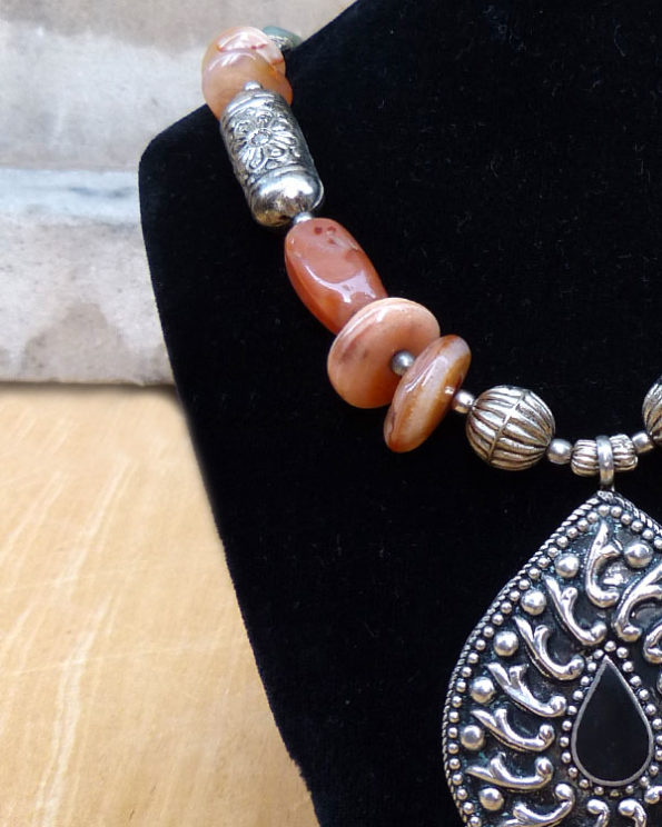 Collar largo de estilo indú con piedras naturales