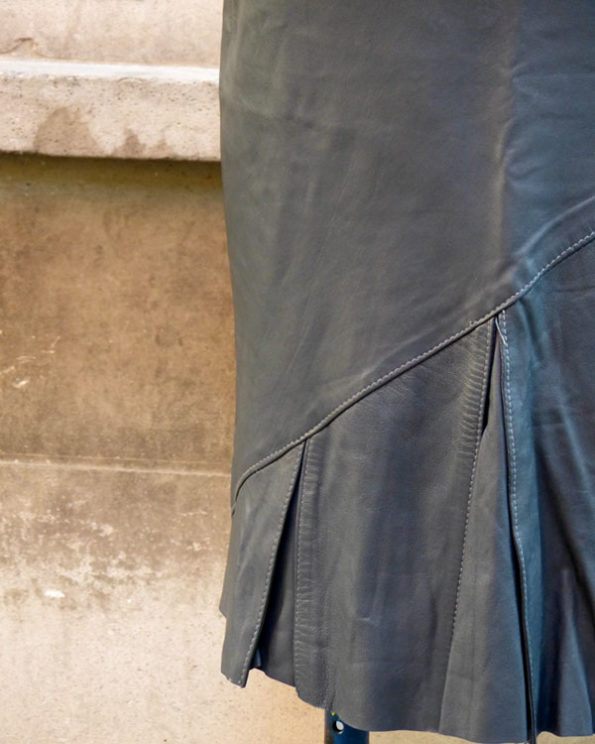 Falda de piel color plomo con godets