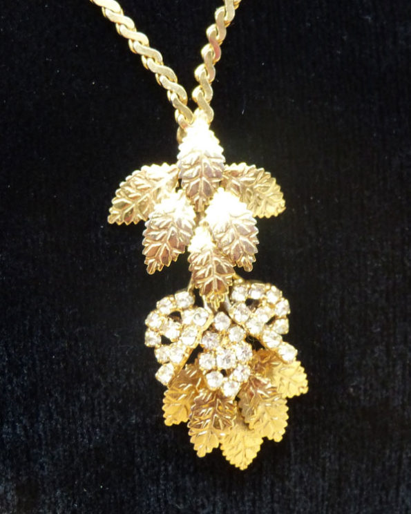 Collar dorado con colgante móvil de hojas Goldened Necklace With Moving Leaves Pendant