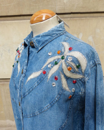 Blusa efecto Denim con aplicaciones 90s Faux Gems Embroidered Snowed Denim Shirt