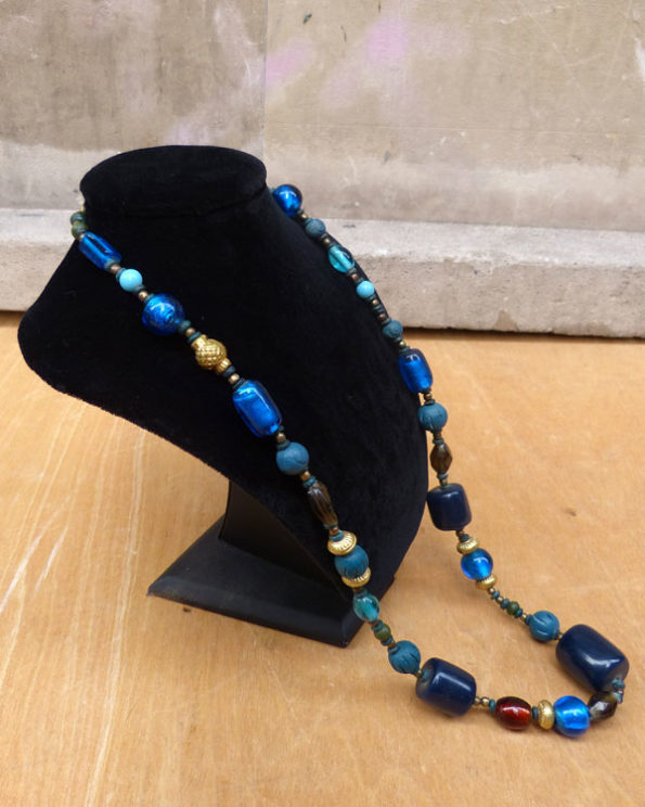 Collar largo tribal en tonos azules 1970s Resin and Glass Beads Ethnic Necklace