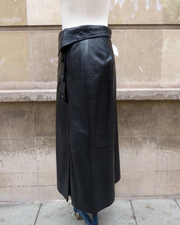 Falda larga de piel negra con botones y detalle en la cintura