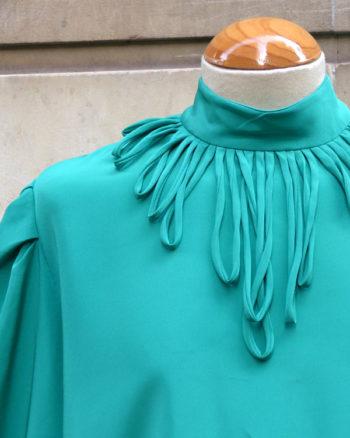 Blusa 60's con cintas adornando el cuello