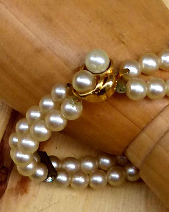 Pulsera ochentera de perlas falsas